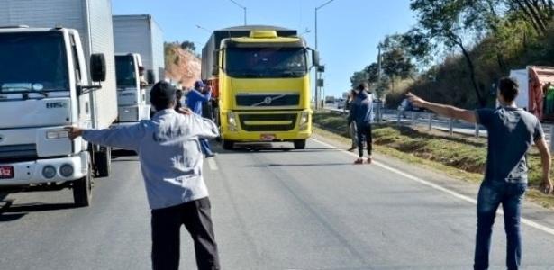 03.ago.2017 - Caminhoneiros fecharam 23 pontos em rodovias espalhadas por quatro Estados do Brasil