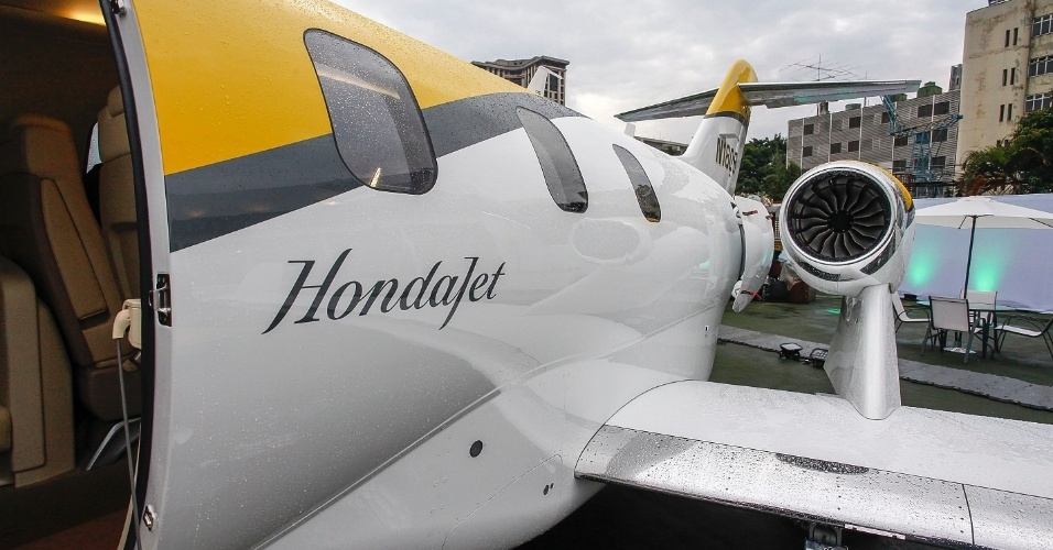 O jato executivo HondaJet, avaliado em US$ 4,9 milhões (R$ 15,5 milhões), acaba de receber a certificação da Anac (Agência Nacional de Aviação Civil) para voar regularmente no Brasil. Uma das curiosidades do jato é o motor fixado sobre as asas, e não na fuselagem