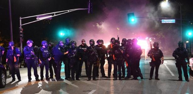 Policiais usaram gás lacrimogêneo contra um grupo de manifestantes