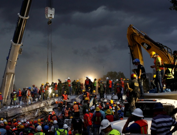 Resgatistas trabalham na operação de resgate em escombros na Cidade do México
