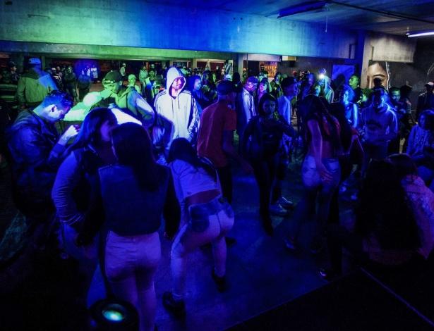 Jovens de Brasilândia, na zona norte da capital, aproveitam a balada promovida pelo governo na escola