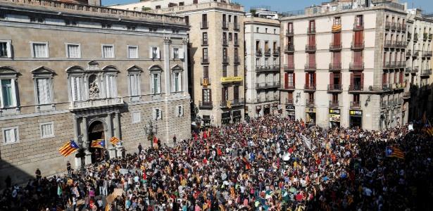 26.out.2017 - Manifestantes se reúnem diante do Palácio Generalitat, sede do governo regional da Catalunha, em  Barcelona - Yves Herman/ Reuters