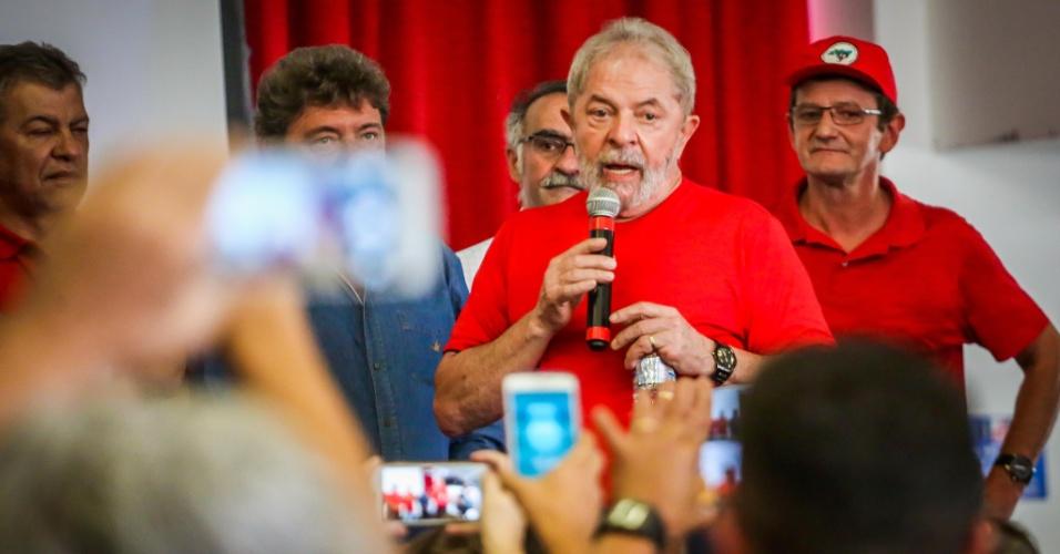 Ex-presidente Lula fala a militantes no Sindicato dos Metalúrgicos do ABC enquanto acompanha julgamento no TRF4, em Porto Alegre