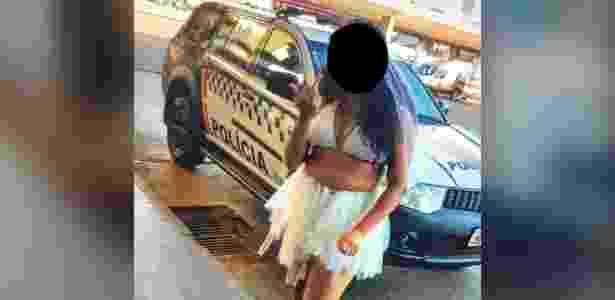 Mulher foi flagrada ao fazer gestos obscenos na frente de viatura da Polícia Militar - Polícia Militar/Divulgação