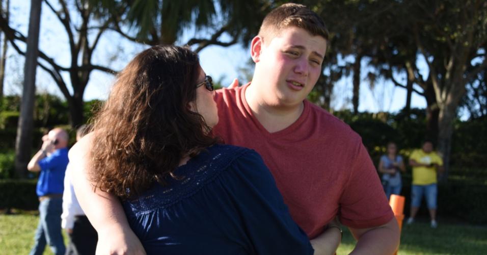 14.fev.2018 - Estudantes encontram parentes após tiroteio na escola Marjory Stoneman Douglas, na Flórida