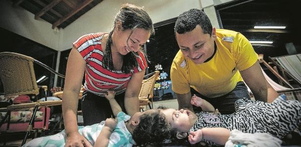 14.jan.2018 - Pais cuidam de Maria Ysabelle e Maria Ysadora em Ribeirão Preto