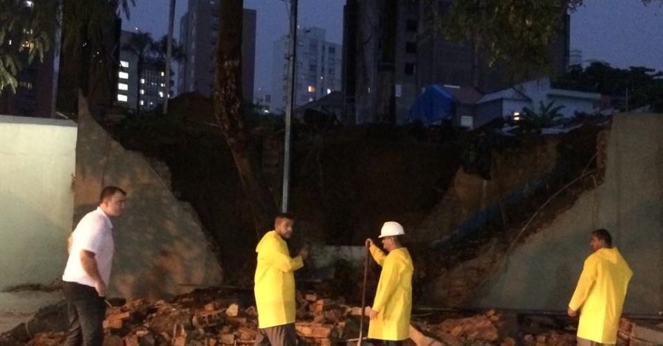 20.mar.2018 - Muro desaba na Vila Mariana, região central de São Paulo, após forte temporal