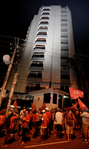 4.abr.2018 - Militantes do MTST (Movimento dos Trabalhadores Sem Teto) realizam um ato em apoio a Lula em frente ao prédio onde o petista mora com a família, em São Bernardo do Campo (SP). Os militantes são os mesmos que estavam no Sindicato dos Metalúrgicos do ABC, a menos de um quilômetro da residência do petista. Às 23h, Lula ainda estava no sindicato