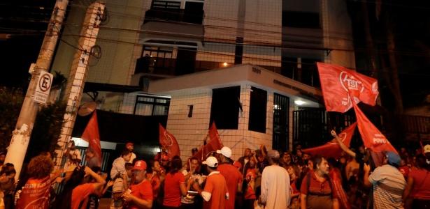 Militantes do MTST realizam um ato em apoio a Lula durante julgamento do STF
