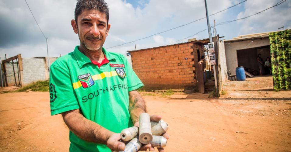 14.abr.2018 - O pintor Aparício Ribeiro da Costa Jr., o Juninho, mostra bombas de gás que a Polícia Militar usou em 2013 quando a reintegração de posse do Pinheirinho 2 chegou a ser iniciada