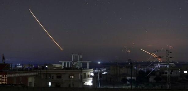 Mísseis sendo avistados no céu de cidade síria de Deraa na madrugada desta quinta-feira - Reuters