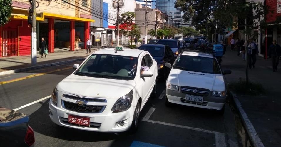 29.mai.2018 - Greve dos caminhoneiros: Carros formam fila de 1,5 km para abastecer em postos na Rua dos Pinheiros (São Paulo)