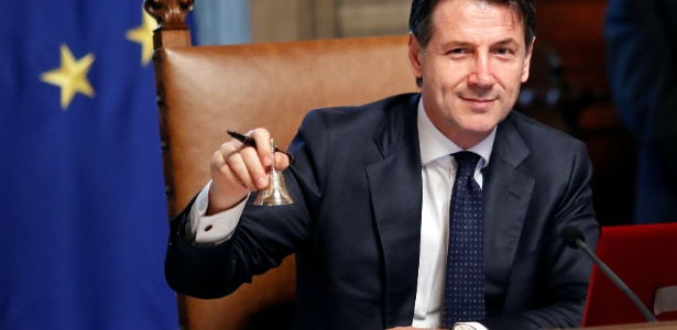 1º.jun.20181 - O novo primeiro-ministro italiano, Giuseppe Conte, toca a campainha durante sua primeira reunião ministerial no palácio Chigi, em Roma, Itália