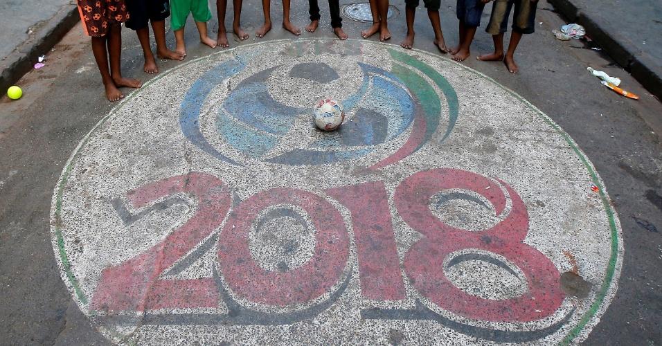 12.maio.2018 - Meninos indianos jogam bola descalços em Calcutá, na Índia