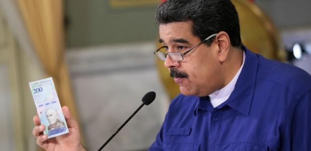 Nicolas Maduro apresenta uma cédula da nova moeda da Venezuela, o Bolivar Soberano - Miraflores Palace/Handout via Reuters