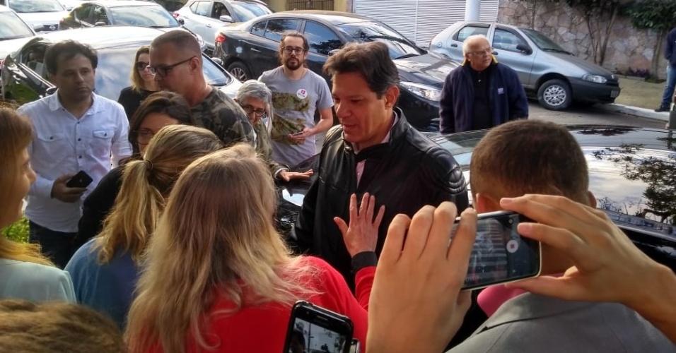 """Haddad diz estar """"sempre confiante"""" ao sair para apuração. O candidato Fernando Haddad (PT) saiu por volta das 17h40 de sua casa, na zona sul de São Paulo, para acompanhar a apuração dos votos em um hotel na capital paulista. Perguntado por jornalistas se estava confiante, respondeu: """"Sempre""""."""