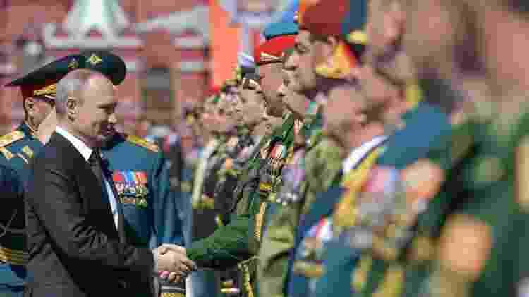 Presidente russo, Vladimir Putin, cumprimenta soldados durante a parada do Dia da Vitória em 2018 em Moscou. O evento com imagens e símbolos soviéticos, marca o aniversário da vitória da União Soviética sobre a Alemanha nazista na Segunda Guerra Mundial - Alexei Druzhinin/Sputinik/AFP