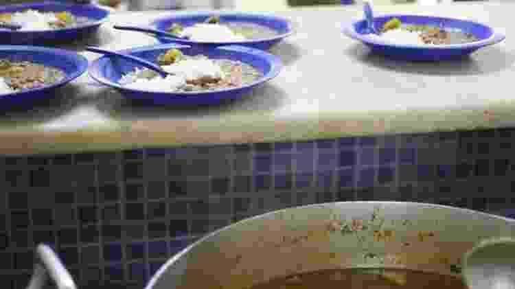 Em conjunto habitacional do DF, há 'mães que não têm o que dar de comer aos filhos nas férias'; acima, merenda em escola brasiliense - André Borges/Agência Brasil/BBC