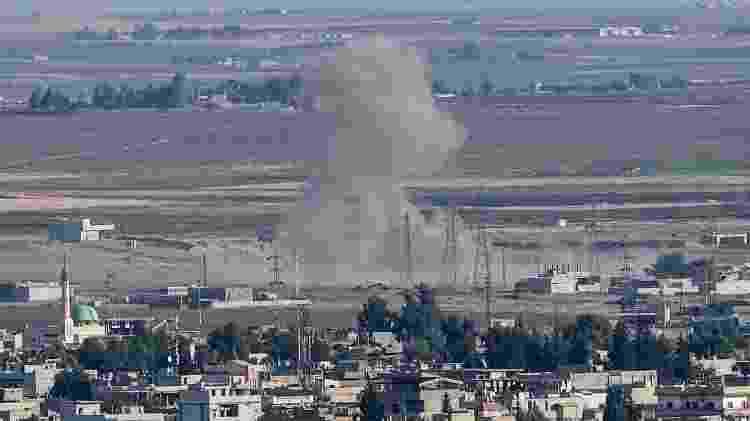 Imagem feita de fumaça subindo na cidade de Ceylanpinar, na Turquia, perto de fronteira com a Síria - Ozan Kose/AFP