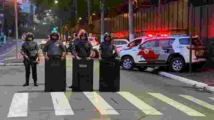 Policiais barram a passagem de moradores de Paraisópolis que queriam protestar em frente ao Palácio dos Bandeirantes - Felipe Pereira/UOL - Felipe Pereira/UOL