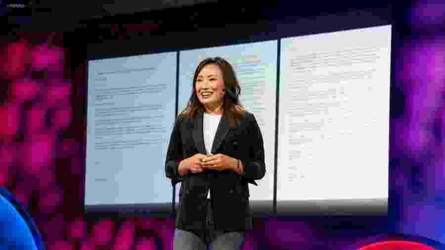 """Jennifer Zhu Scott apresenta o """"contrato"""" assinado por suas filhas para poder usar celular - Marla Aufmuth/TED/Divulgação"""