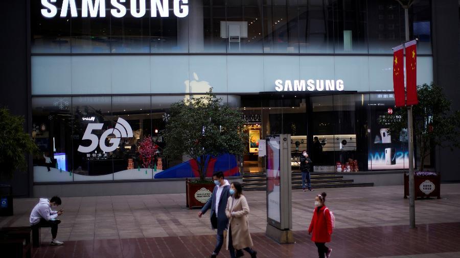 Pessoas usando máscaras em frente a uma loja da Samsung em Shangai, na China - Aly Song/Reuters