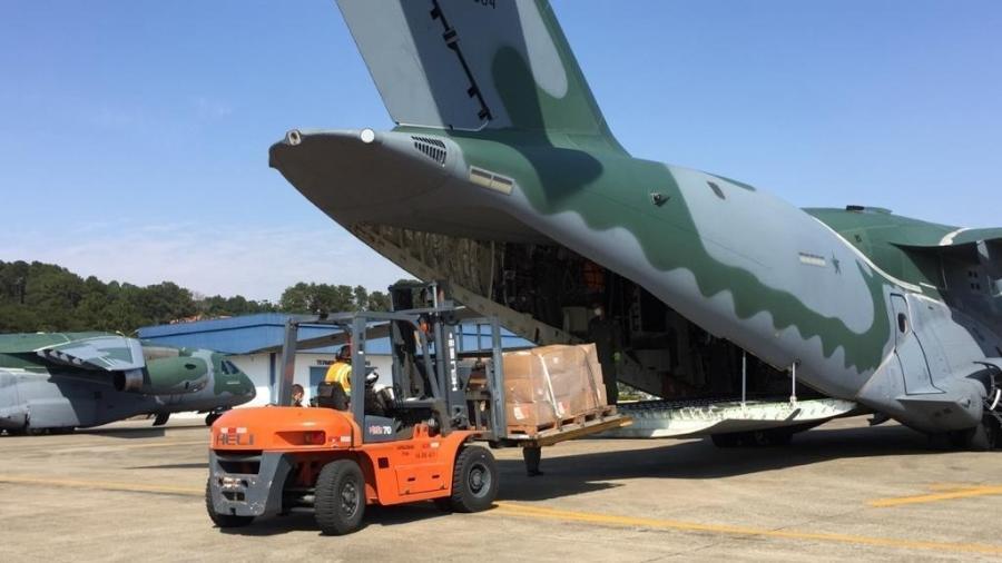 Aeronaves KC-390, da FAB, são abastecidas com EPI e álcool gel no aeroporto de Guarulhos, em São Paulo - Divulgação/FAB