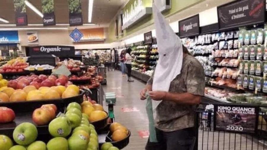 Homem usa capuz da Ku Klux Klan em mercado que exigia máscara nos EUA - Reprodução/Twitter