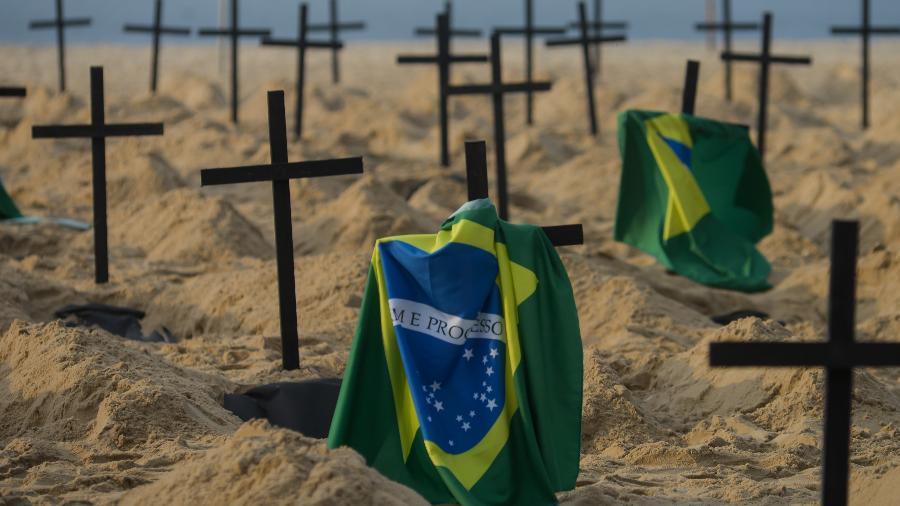 11/06/2020 - Manifestação da ONG Rio da Paz na praia de Copacabana; organização faz protesto contra a postura do governo federal no combate à covid-19 com a abertura de covas simbólicas nas areias da famosa praia carioca. 39.797 pessoas morreram no Brasil com a doença. - ERBS JR./FRAMEPHOTO/FRAMEPHOTO/ESTADÃO CONTEÚDO