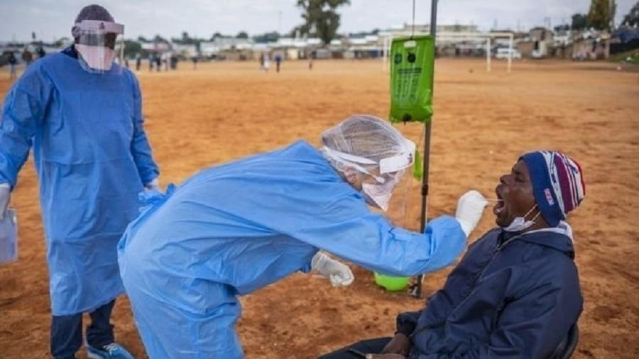 Testes com swab (haste semelhante a cotonete) costumam detectar presença do vírus nos primeiros 12 dias da infecção - EPA