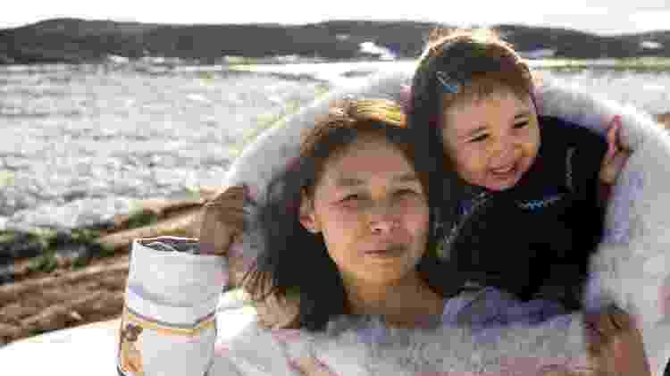 Mãe Inuit com sua filha na Ilha Baffin, Nunavut - Getty Images - Getty Images