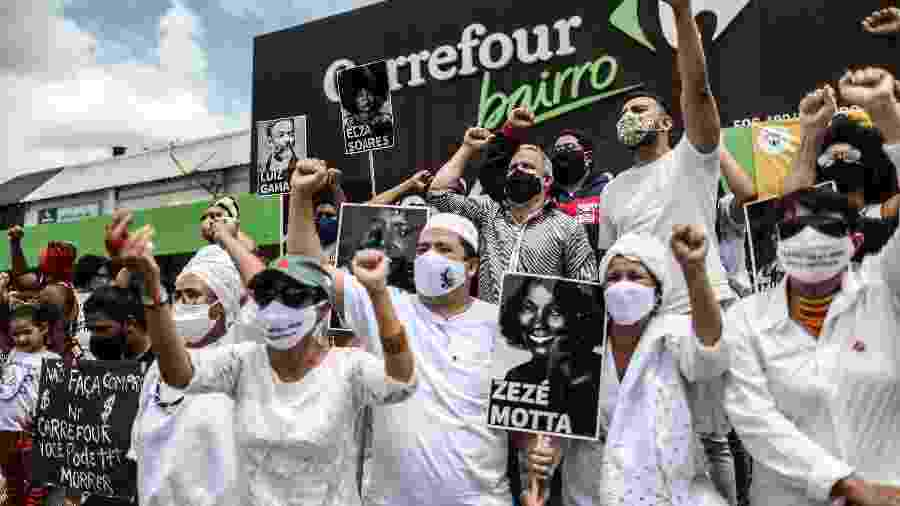 Manifestantes protestam diante do Carrefour na Asa Norte, em Brasília, contra o assassinato de João Alberto Silveira Freitas, espancado e sufocado até a morte numa loja da rede no RS - GABRIELA BILó/ESTADÃO CONTEÚDO