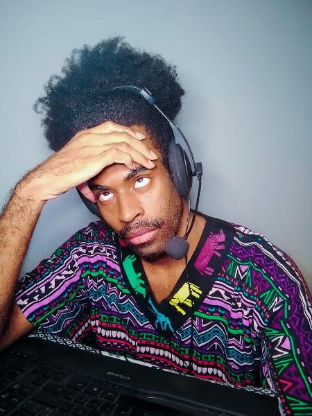 O cantor e produtor de conteúdo Guil Anacleto sofre com fones de ouvido brigando com seu cabelo toda vez que tem de gravar músicas - Arquivo Pessoal