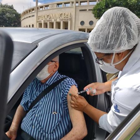 Wilson recebe vacina contra o novo coronavírus no drive thru do Estádio do Pacaembu - Arthur Stabile/UOL