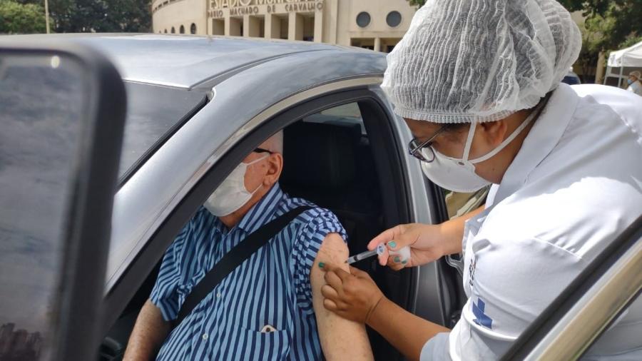 Idoso recebe vacina contra o novo coronavírus no drive thru do Estádio do Pacaembu - Arthur Stabile/UOL
