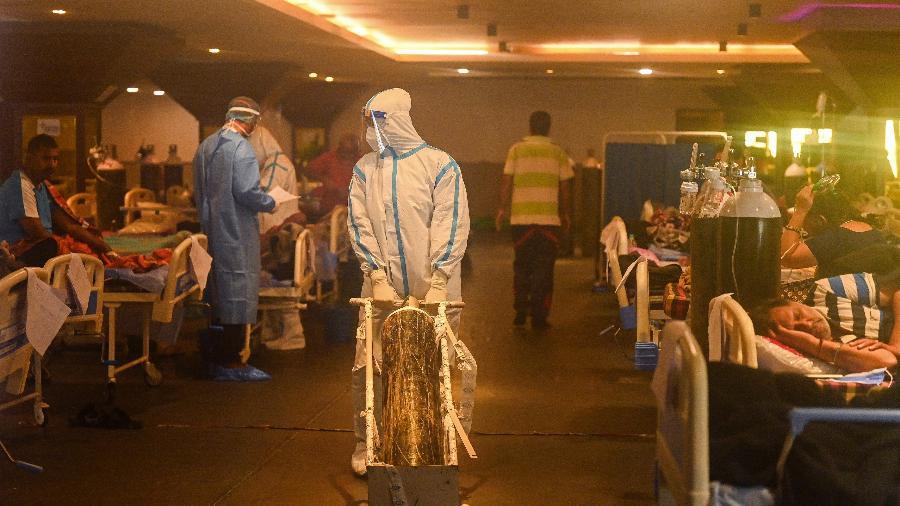 28.abr.2021 - Trabalhador da saúde usando roupa de proteção atende pacientes com covid-19 em Nova Déli, na Índia - Prakash Singh/AFP