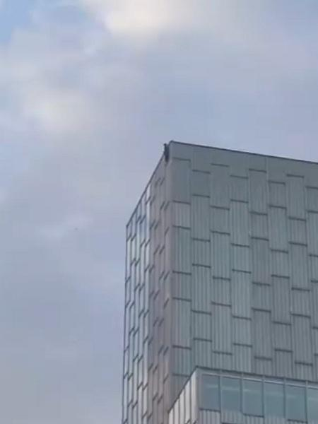 O jovem francês escalando prédio em Barcelona - Reprodução/Twitter