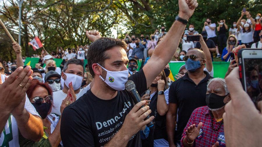 O governador do Rio Grande do Sul, Eduardo Leite (PSDB), participa de manifestação contra o governo do presidente Bolsonaro no Parcão, em Porto Alegre - EVANDRO LEAL/ENQUADRAR/ESTADÃO CONTEÚDO