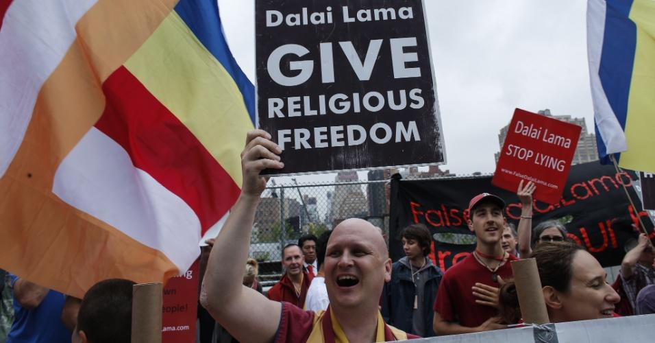 9.jul.2015 - Membros de comunidade Shugden protesta contra a intolerância religiosa dos budistas enquanto o dalai-lama participa de evento no Javits Center, durante sua visita a Nova York (EUA)