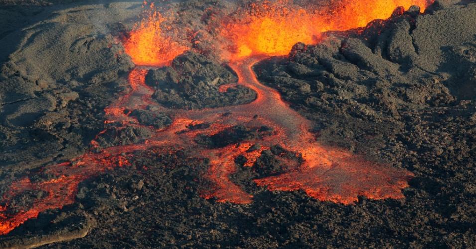 25.ago.2015 - O Piton de la Fournaise, localizado na ilha de La Reunion (território francês localizado no Oceano Índico), entrou em erupção nesta segunda. Ele é um dos mais ativos do mundo, e esta é sua quarta erupção desde o início do ano