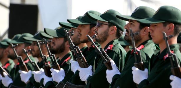 Soldados iranianos da Guarda Revolucionária participam em Teerã da parada militar