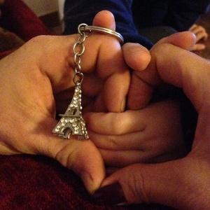 Internautas postam fotos de mãos dadas em homenagem aos mortos nos ataques em Paris