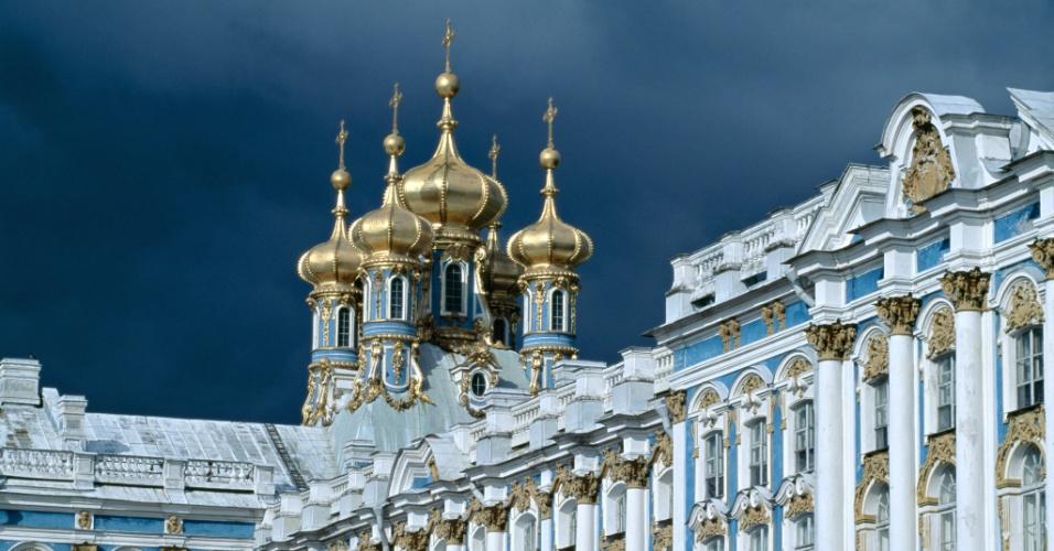 Digno de um czar. Palácio de Catherine em Tsarskoye Selo, perto de São Petersburgo. Construído no estilo rococó, o local foi residência de veraneio da realeza russa