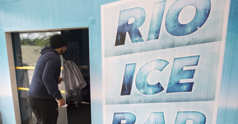 13.jan.2016 - Cliente chega ao Rio Ice Bar, um bar inteiramente feito com gelo que funciona dentro de um supermercado na avenida das Américas, na Barra da Tijuca, zona sul do Rio de Janeiro. Dentro do local a temperatura é de -15°C