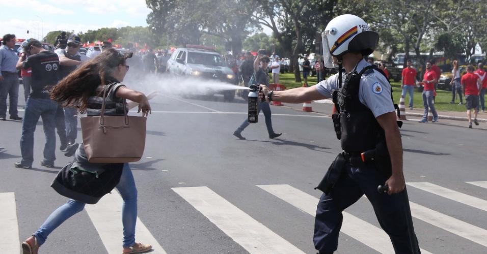 17.mar.2016 - Policial usa spray de pimenta durante confronto entre manifestantes contra e a favor do governo da presidente Dilma Rousseff e da posse do ex-presidente Luiz Inácio Lula da Silva (PT) como ministro-chefe da Casa Civil