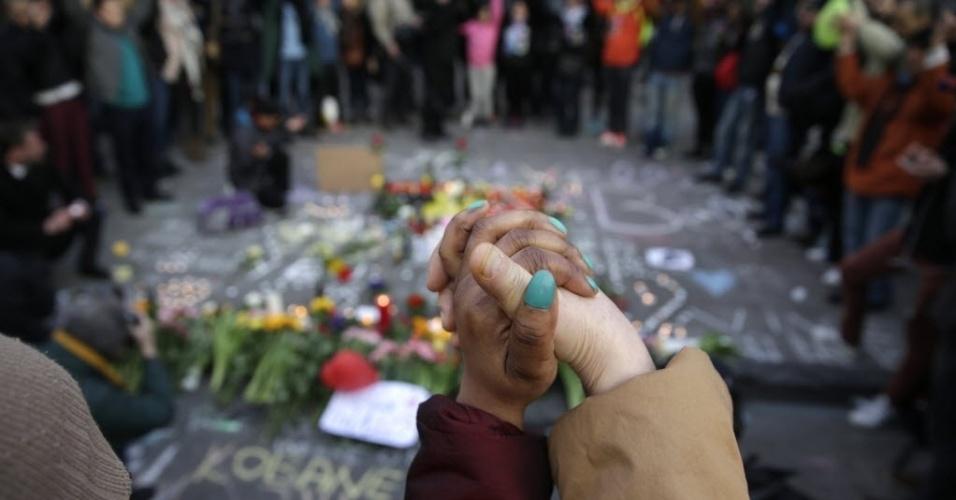 22.mar.2016 - Em Bruxelas, na Bélgica, pessoas dão as mãos durante homenagem às vítimas do atentado terrorista no aeroporto e no metrô da capital. Ao menos 34 pessoas morreram -- 20 no metrô e 14 no aeroporto -- e 136 pessoas ficaram feridas, segundo um balanço provisório das autoridades
