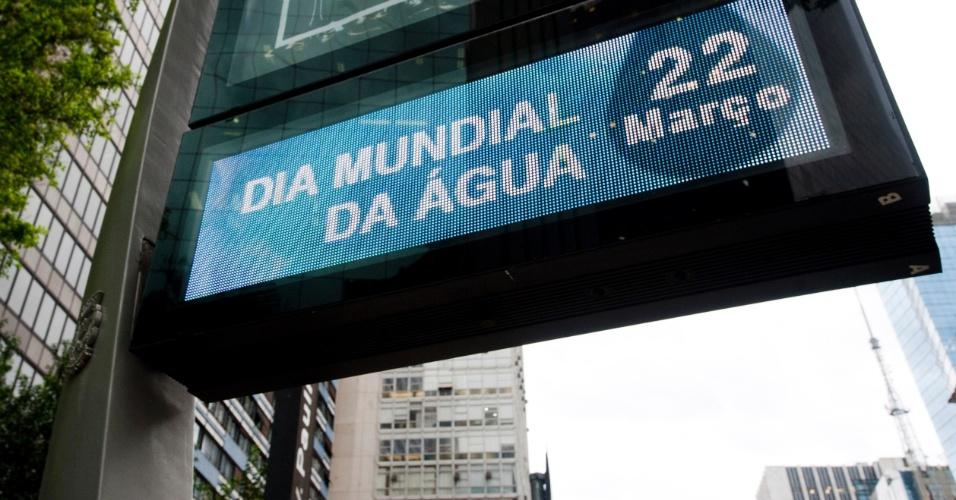 22.mar.2016 - Termômetro instalado na avenida Paulista, em São Paulo, exibe aviso sobre o Dia Mundial da Água. A data foi criada pela ONU (Organização das Nações Unidas) no dia 22 de março de 1992