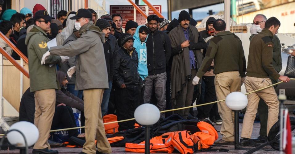 Migrantes afegãos desembarcam em porto turco depois de serem enviados pela Grécia. Três barcos turcos com dezenas de migrantes a bordo saíram nesta segunda-feira (4) das ilhas gregas de Lesbos e Chios, cumprindo o acordo entre a União Europeia e a Turquia, que tem sido criticado por defensores dos direitos humanos