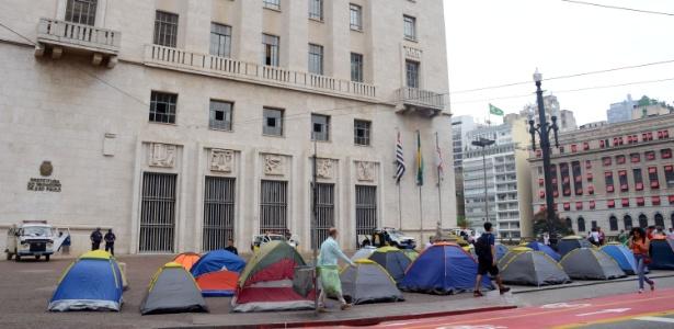 8.abr.2016 - Integrantes do MSTS (Movimento Sem Teto de São Paulo) ocupam a calçada da Prefeitura de São Paulo