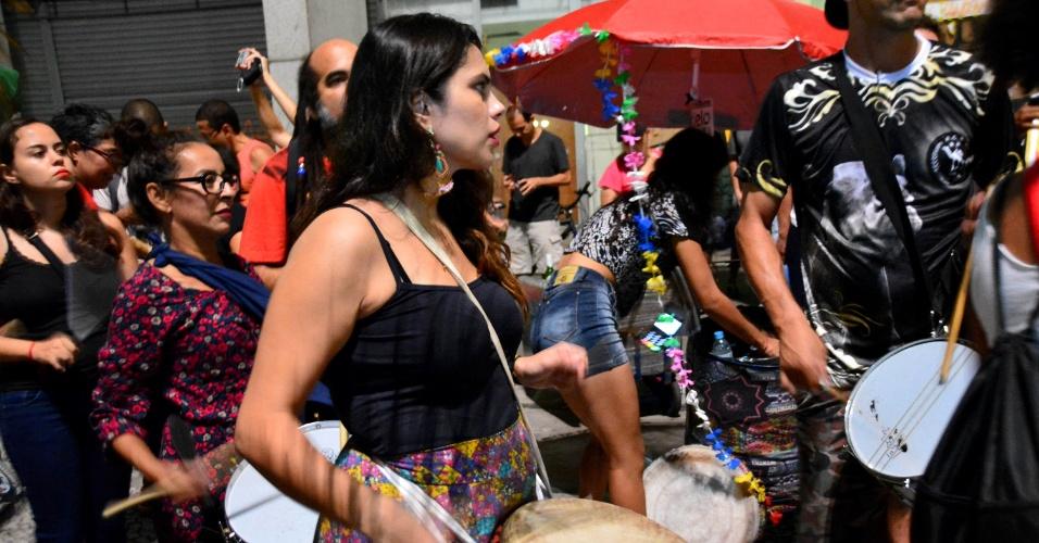 8.abr.2016 - Blocos de Carnaval de rua se organizaram para manifestação em conjunto contra o impeachment da presidente DIlma Rousseff no centro de São Paulo. O protesto se concentrou nas proximidades da prefeitura da cidade, no viaduto do Chá